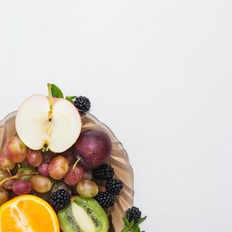 白い背景にあるボウルの果物のオーバーヘッドビュー