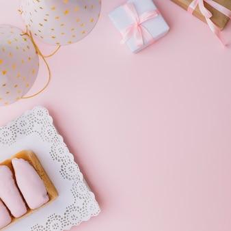パーティーハットの俯瞰図。ギフト用の箱;とピンクの背景にアイスパン