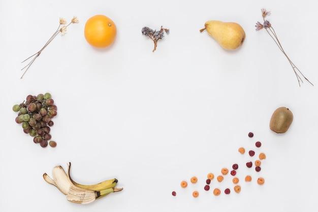 Вид сверху спелых фруктов на белом фоне
