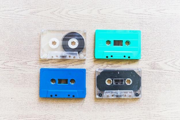 투명한 오버 헤드 뷰; 나무 바탕에 파란색과 청록색 컬러 카세트