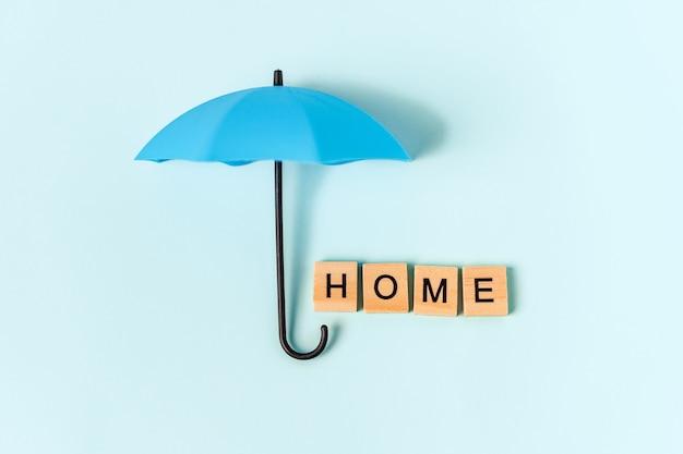 우산과 파란색 배경에 나무 편지에서 비문