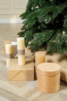 Рождественская елка без украшений с подарками под ней. новогоднее настроение.