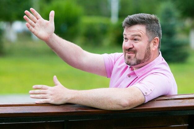 公園での思いがけない感情的な出会いあごひげを生やした男が知人に手を振る