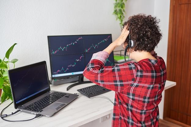 Неузнаваемая женщина-трейдер кладет руки на голову из-за плохой инвестиции.