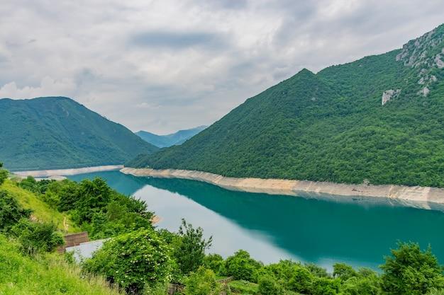 高山に囲まれた峡谷には、ターコイズブルーの水が流れる珍しい山の湖があります。