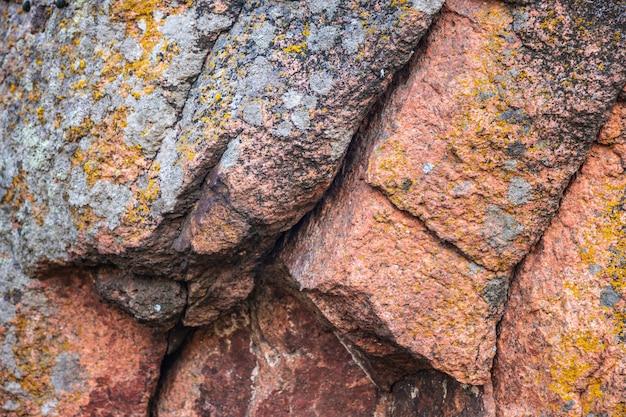 아름다운 자연 속에서 따뜻한 날씨에 햇빛에 특이한 돌