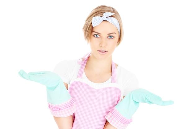 Расстроенная домработница в стиле ретро позирует на белом фоне