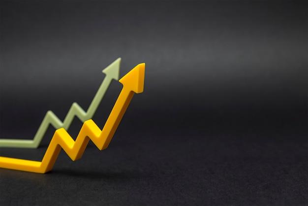 상승 추세, 판매 증가 또는 가치 증가. 배너, 디자인 또는 텍스트 삽입을 위해 검정색 배경에서 위쪽을 가리키는 그래픽 화살표.