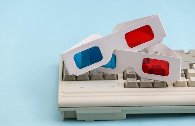 오래 된 pc 키보드에 anaglyph 3d 안경입니다. 파란색 배경입니다. 레트로 속성 80년대