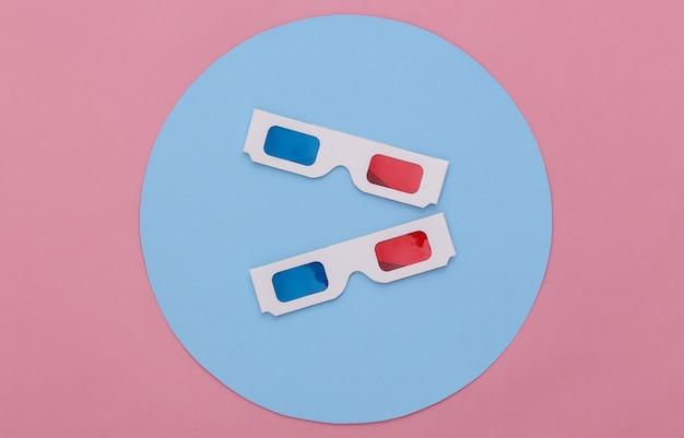 파란색 원이 있는 분홍색 배경에 anaglyph 3d 안경. 개념적 스튜디오 촬영입니다. 미니멀리즘. 평면도