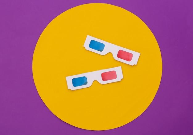 노란색 동그라미와 보라색 배경에 anaglyph 3d 안경. 개념적 스튜디오 촬영입니다. 미니멀리즘. 평면도