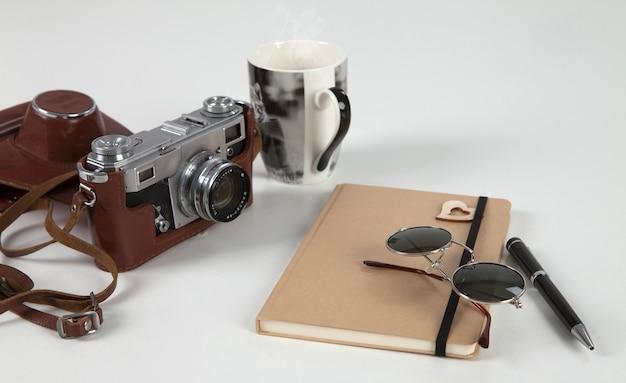 アナログカメラ、ノート、サングラス