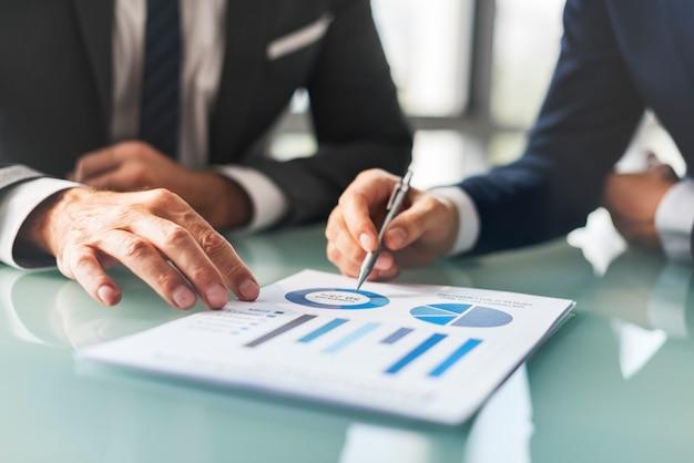 분석 브레인 스토밍 비즈니스 회사 보고서 개념 프리미엄 사진