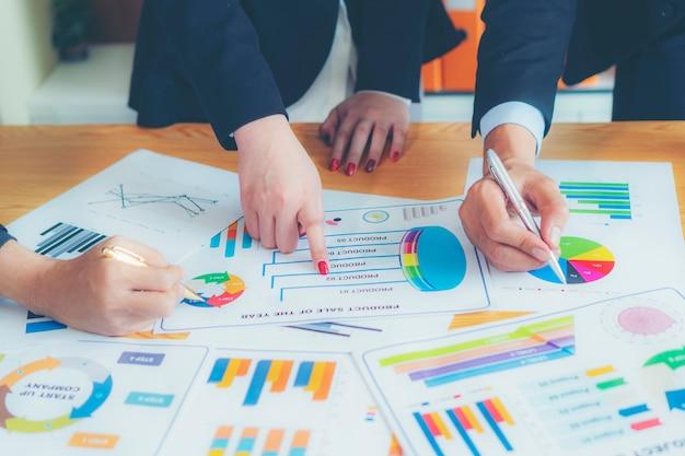 分析ブレーンストーミングビジネスワーキングレポートのコンセプト