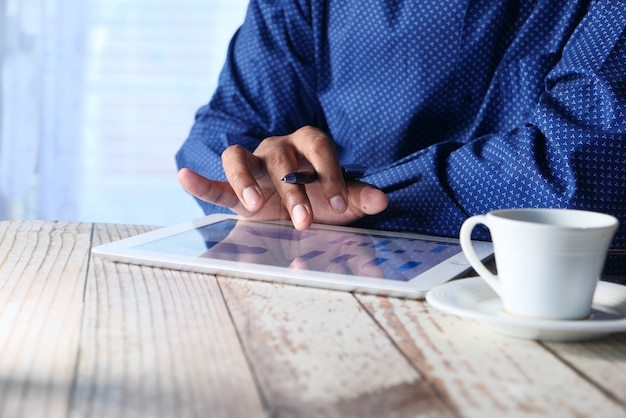 夜デジタルタブレットで財務チャートを分析