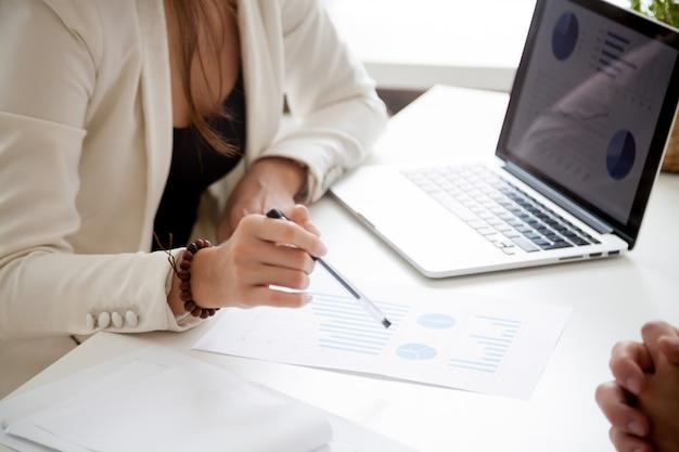 Analizzando il nuovo piano di marketing e concetto di statistiche di vendite, fine su
