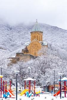 アナヌリは冬のアラグヴィ川にある城の複合体です
