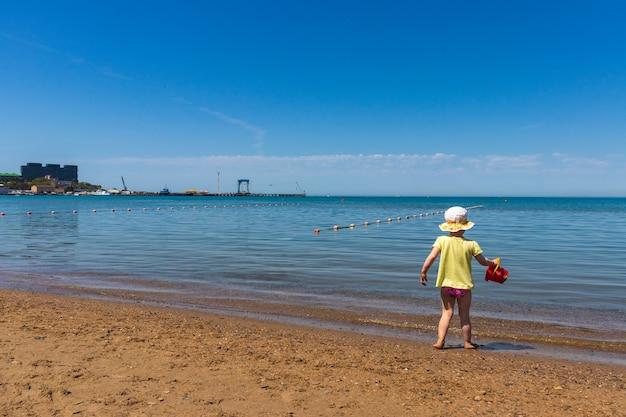 아나파. 크라스노다르 지역 - 2021년 5월 14일: 흑해 연안에서 노는 아이