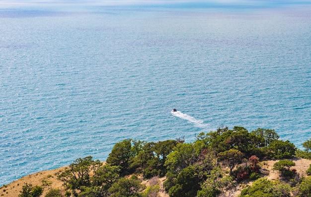 Анапа, россия каменистый пляж черноморского побережья в селе большой утриш летний день