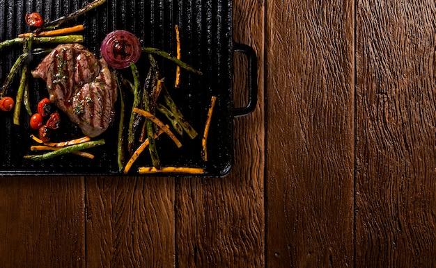 그릴에 구운 야채와 안초 스테이크