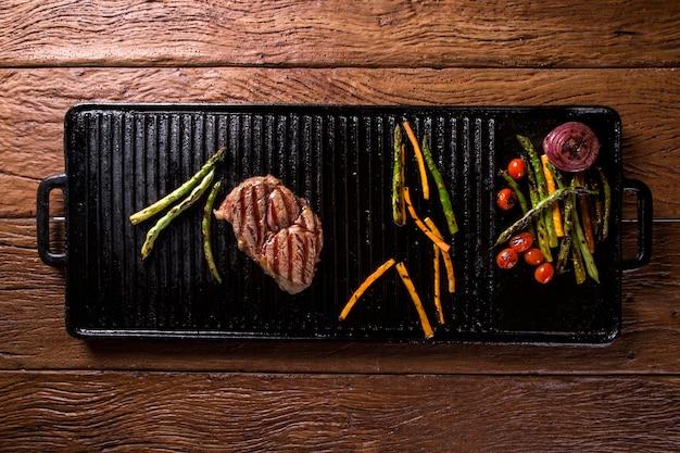 Стейк анчо с овощами гриль на мангале