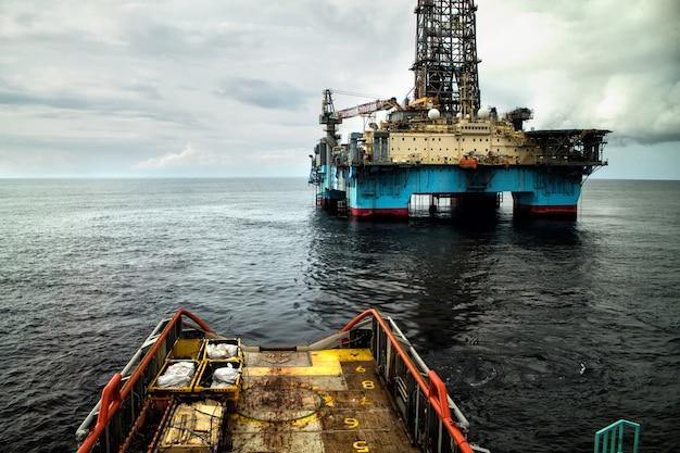 石油掘削装置の近くでの自動船位保持dp操作中の船のアンカーハンドリング