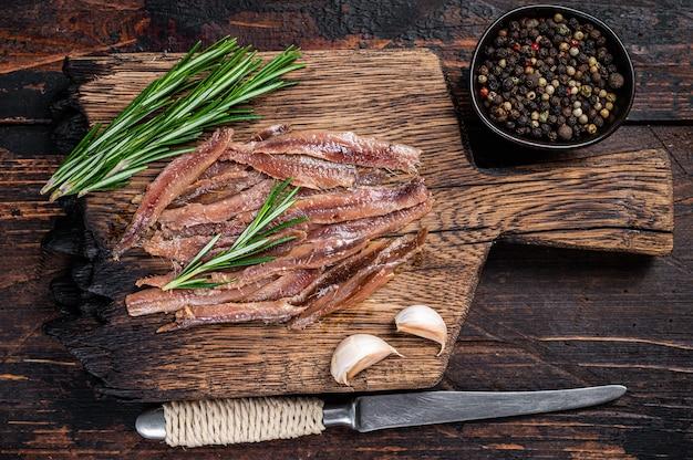 Рыбное филе маринованное с анчоусами на деревянной доске