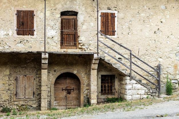 トレント州の湖の谷にある古代の放棄された建物