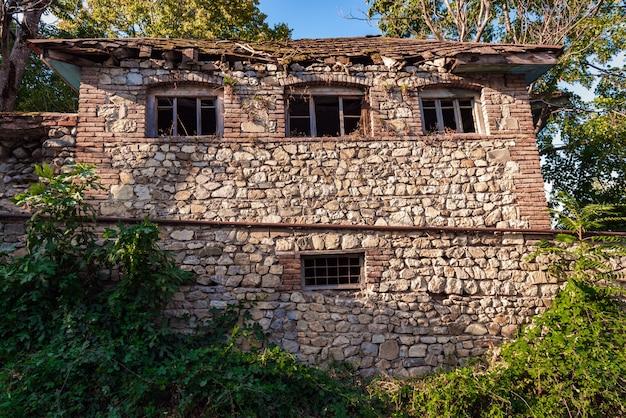古代の放棄された石造りのれんが造りの家