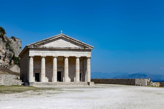 Древний греческий храм на острове корфу в греции. древнегреческий бастион - акрополь корфу в дневное время.