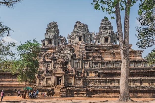 Панорама древних руин ангкор-ват. сием рип, камбоджа