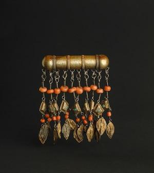 Древняя античная брошь с камнями на черном фоне. среднеазиатские винтажные украшения