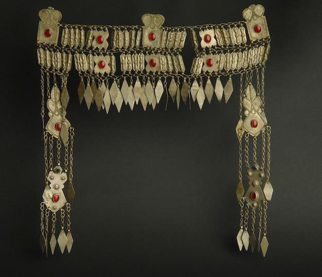 Древний античный кулон на голову с камнями на черном фоне. среднеазиатские винтажные украшения