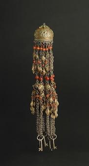 Древний античный кулон с камнями на черном фоне. среднеазиатские винтажные украшения