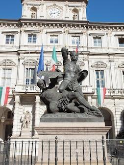 Древний барочный памятник иль конте верде (зеленый граф), амедео vi, король савойи, перед ратушей в турине, италия