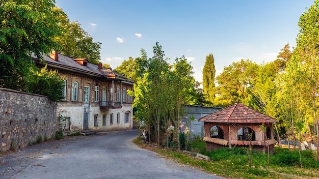古い通りにある古代の美しい廃屋