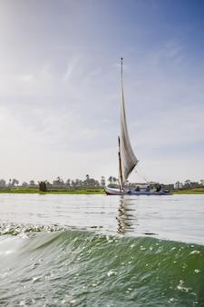 Древняя лодка плывет по реке
