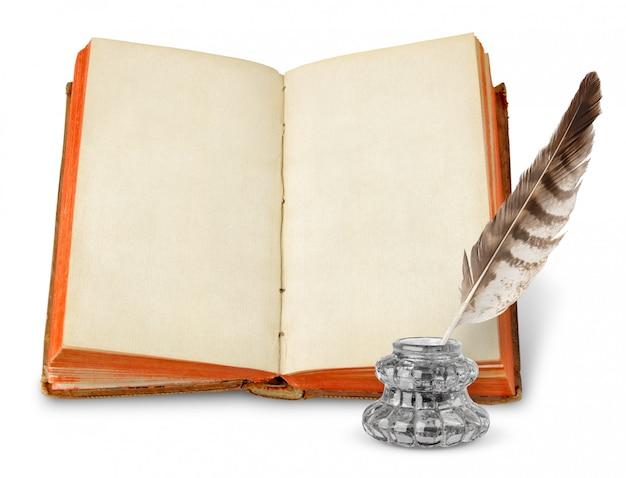 Древняя книга с пустыми страницами и чернильница изолированы