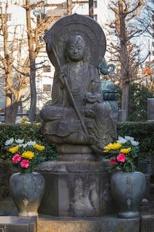 Древняя статуя будды в саду храма сэнсодзи в феврале