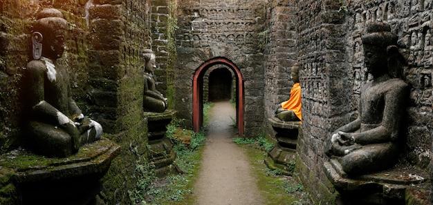 Древние статуи будды в оранжевой обложке