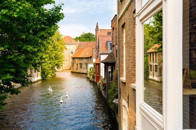 古い観光の町、ヨーロッパの川運河の古代建物のファサード。