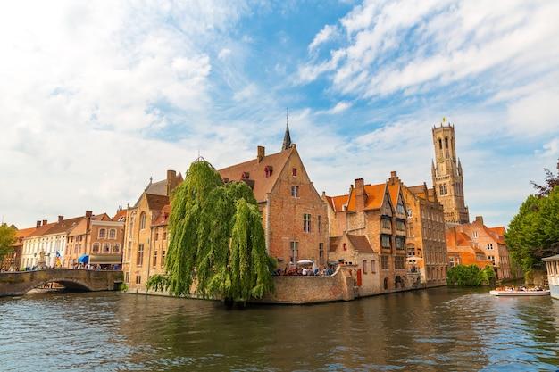 古い観光の町、ヨーロッパの川の運河の橋と古代の建物。