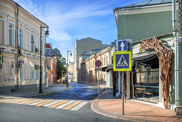 Старинные здания и кафе в калашном переулке в москве в солнечный летний день