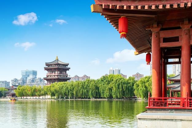 Древние постройки у озера: пагода, сиань, китай.