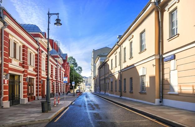 Старинные здания в калашном переулке в москве в солнечный летний день. подпись под фото: калашный переулок.