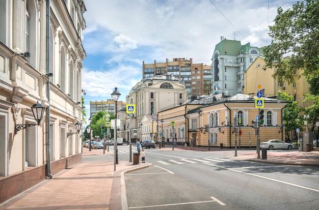 Старинные здания на большой никитской улице в москве в солнечный летний день