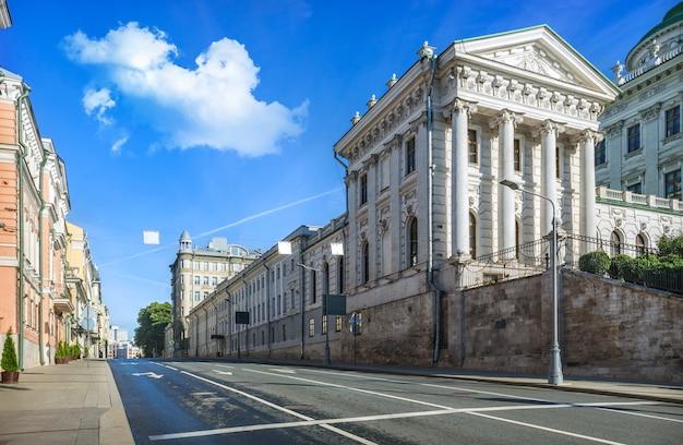 Старинные здания на улице знаменка в москве в солнечный летний день