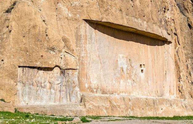이란 쉬라즈 북부의 naqsh-e rustam 묘지의 고대 조각.