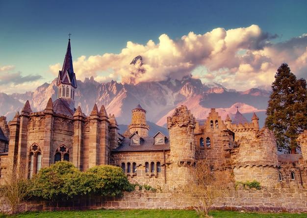 Древний замок фантастические виды на красоту мира. германия
