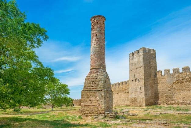 녹색 도시 공원의 고대 성벽